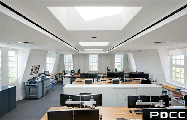 办公室装修设计外部空间规划的划分重要是依据实践的须要进行合理的、有效的应用空间。假如空间有许多的办公装备,则不宜设置太多的隔绝墙。在这种状况下想要实现对办公室装修区域的划分,可通过空中色彩的不同或是有色标识来划分,但同时也要注重防止色系过多给天然成一种头晕目眩的觉得。也有的空间为了便于治理,很明白的划分出装备区和办公区。小编提示您,在装修中肯定要控制好各个空间的严密联络性,同时还要斟酌到装备区的乐音、灰尘等对办公区的影响。